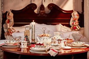 Zajtrk z božičnim jedilnim servisom Royal Copenhagen